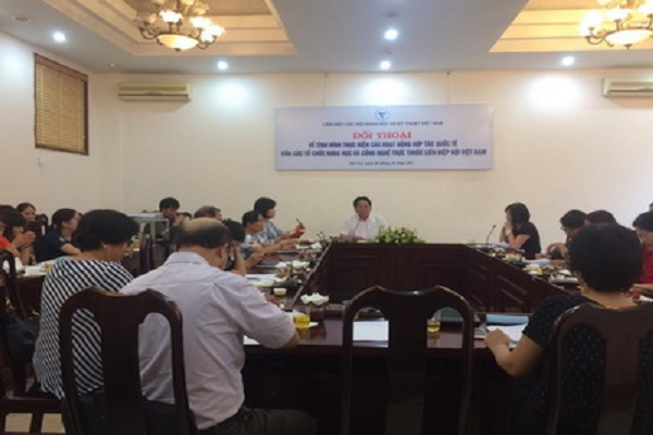 Ông Nghiêm Vũ Khải, Phó Chủ tịch Liên hiệp Hội Việt Nam, chủ trì hội thảo