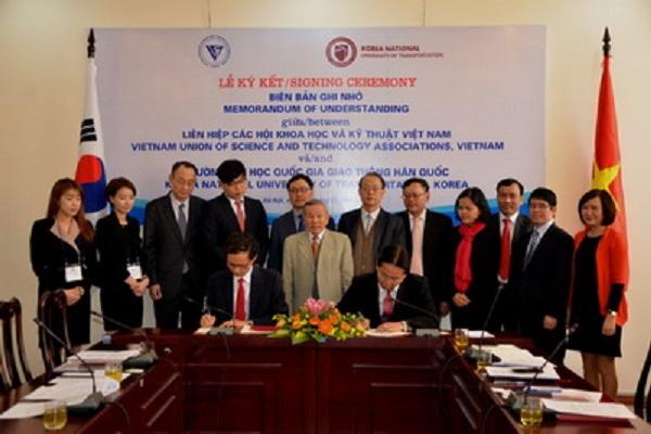 Ký kết Biên bản ghi nhớ giữa Liên hiệp Hội Việt Nam và trường Đại học Quốc gia Giao thông vận tải Hàn Quốc