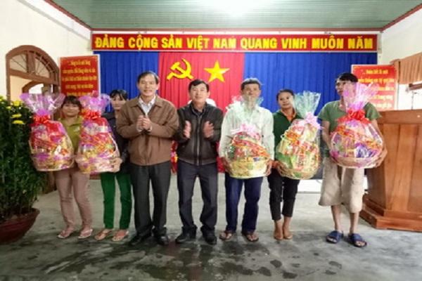 Th.S Nguyễn Hoài Sơn – Chủ tịch Liên hiệp Hội Phú Yên tặng quà cho các hộ nghèo xã Đức Bình Đông, huyện Sông Hinh nhân dịp Xuân Đinh Dậu 2017.