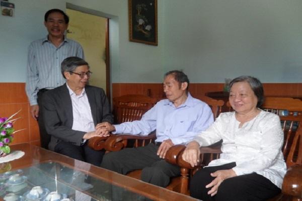 Nhân chuyến thăm và làm việc với Liên hiệp Hội Phú Yên, GS-TSKH Đặng Vũ Minh ngồi bên trái, Chủ tịch Liên hiệp Hội Việt Nam thăm gia đình ông Nguyễn Sĩ Dư - Ảnh: HOÀNG HÀ THẾ