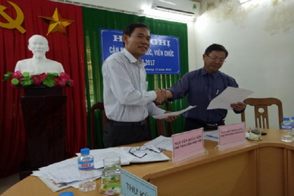 ThS Nguyễn Hoài Sơn - Chủ tịch Liên hiệp Hội bắt tay ký kết với Chủ tịch Công đoàn cơ sở về thực hiện nhiệm vụ 2017.