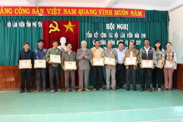 Quang cảnh tập thể, hội viên xuất sắc trong công tác VAC giỏi năm 2016, nhận khen thưởng của Hội Làm vườn Phú Yên.