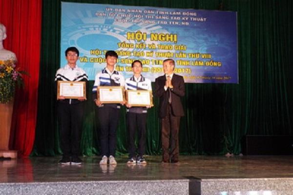Ông Huỳnh Quang - PGĐ Sở GD&ĐT trao giải nhì Cuộc thi cho các tác giả