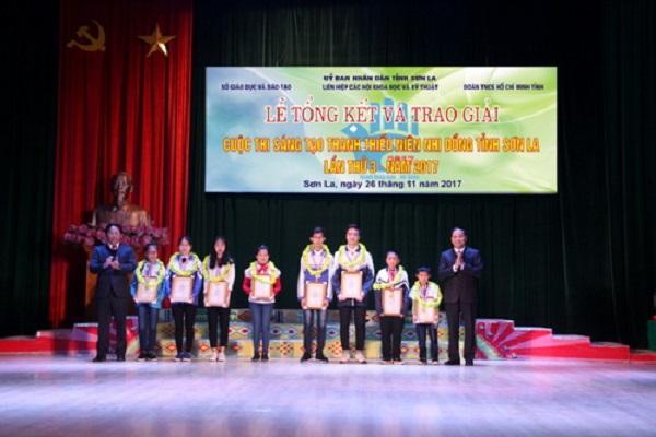 Ông Nghiêm Vũ Khải và ông Nguyễn Quốc Khánh trao