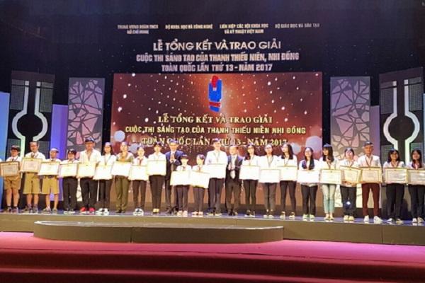 Ban Tổ chức trao giải cho các nhóm tác giả đạt giải