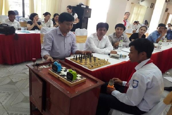 Nguyễn Thành Chung thuyết trình về sản phẩm dự thi tại vòng chung khảo Cuộc thi Sáng tạo thanh thiếu niên nhi đồng tỉnh Thái Bình năm 2016-2017