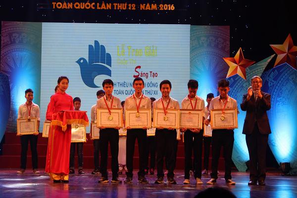 GS.VS.TSKH. Đặng Vũ Minh, Chủ tịch Liên hiệp các hội Khoa học và Kỹ thuật Việt Nam trao giải đặc biệt Cuộc thi toàn quốc lần thứ 12, năm 2016.
