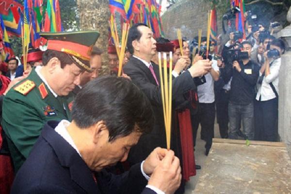 Chủ tịch nước Trần Đại Quang thắp hương tại Lăng Vua Hùng