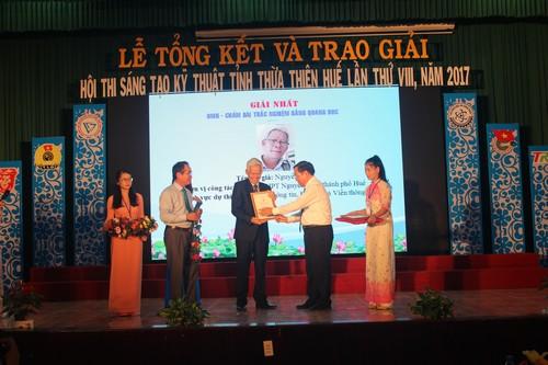Phó Bí thư Thường trực Tỉnh ủy Bùi Thanh Hà và Chủ tịch UBND Nguyễn Văn Cao trao giải Nhất cho tác giả Nguyễn Linh tại lễ tổng kết Hội thi 2017