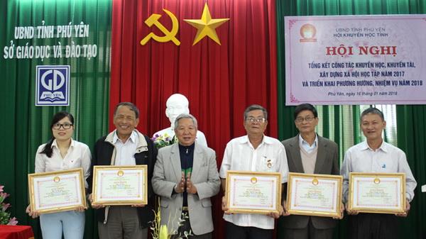Ông Lê Văn Hữu trao giấy khen cho các cá nhân có thành tích xuất sắc trong công tác khuyến học năm 2017
