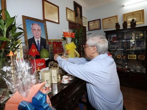 Tổng Bí thư Nguyễn Phú Trọng thắp hương tưởng niệm đồng chí Võ Chí Công - Ảnh: TTXVN