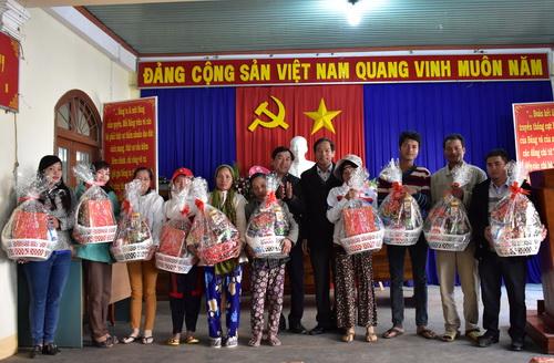 Tặng 10 suất quà cho các hộ nghèo xã Đức Bình Đông, huyện Sông Hinh