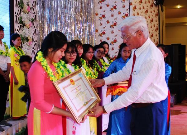 Phó Bí thư thường trực Tỉnh ủy Lương Minh Sơn trao bằng khen của UBND tỉnh cho các sinh viên tiêu biểu.