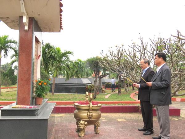 Đồng chí Nguyễn Thiện Nhân và đồng chí Huỳnh Tấn Việt dâng hương tại Nghĩa trang liệt sĩ tỉnh - Ảnh: THÙY THẢO