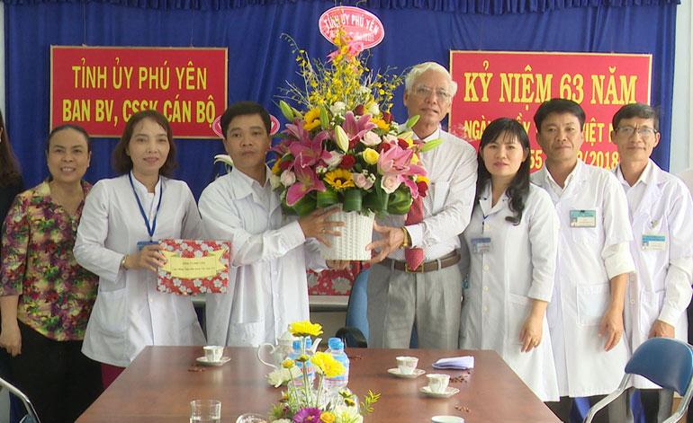 Phó Bí thư thường trực Tỉnh ủy Lương Minh Sơn thăm, chúc mừng các cơ sở y tế