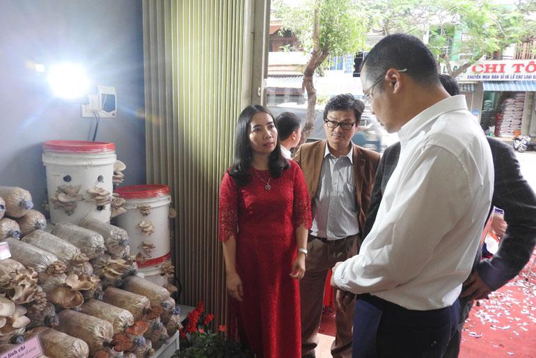 Thứ trưởng Bộ Khoa học và Công nghệ Phạm Đại Dương (áo trắng) tham vực khu trưng bày sản phẩm của Điểm kết nối cung - cầu công nghệ - Ảnh: AN NAM