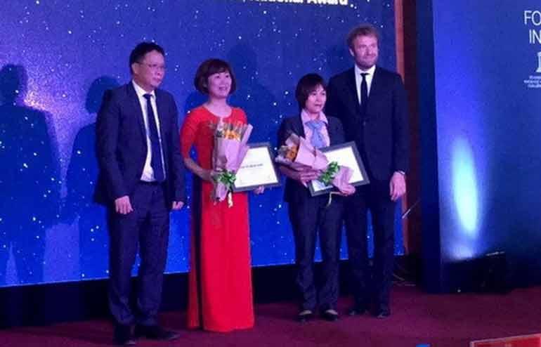 Hai nhà khoa học được Chủ tịch viện hàn lâm Khoa học Công nghệ Việt Nam Châu Văn Minh trao giải thưởng nhà khoa học nư xuất sắc 2017 - Ảnh: Vietnam+
