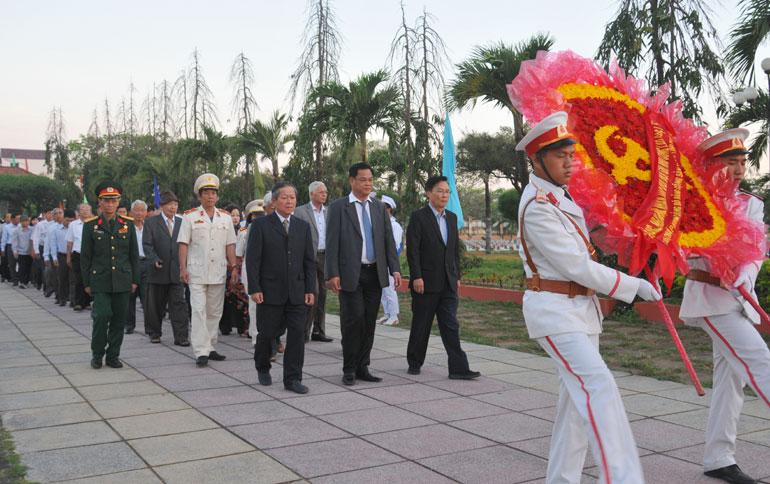 Đoàn đại biểu Tỉnh ủy viếng Nghĩa trang liệt sĩ tỉnh - Ảnh: DƯƠNG THANH XUÂN