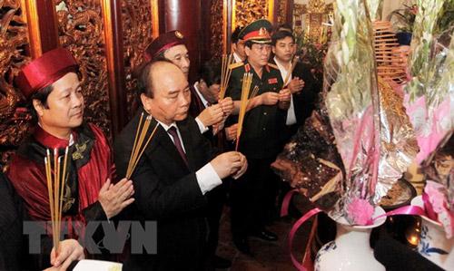 Thủ tướng Nguyễn Xuân Phúc và các đại biểu dâng hương tại Đền Thượng - Ảnh: TTXVN