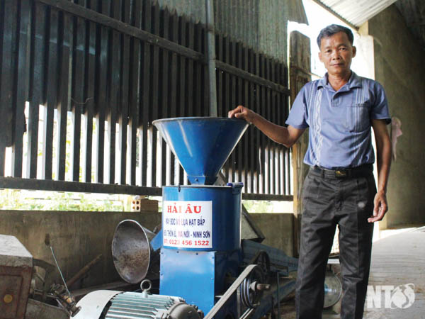 Một nông dân phát minh ra máy bóc vỏ lụa, mày hạt bắp