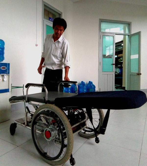 Xe lăn điện đa năng được giới thiệu tại hội đồng nghiệm thu đề tài nghiên cứu thiết kế, chế tạo xe lăn đa năng cho người bệnh, người khuyết tật - Ảnh: THÁI HÀ