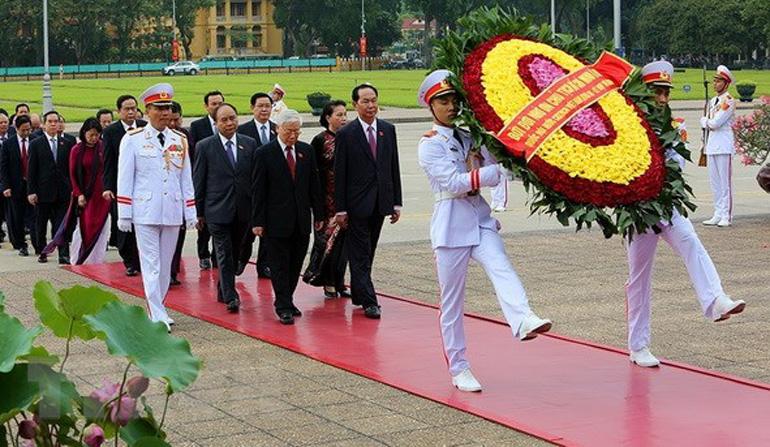 Lãnh đạo Đảng, Nhà nước và đại biểu Quốc hội đặt vòng hoa và vào Lăng viếng Chủ tịch Hồ Chí Minh - Ảnh: TTXVN