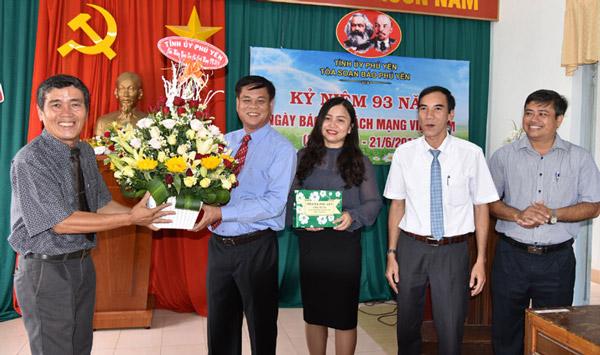 Bí thư Tỉnh ủy Huỳnh Tấn Việt thăm và chúc mừng cán bộ, phóng viên Báo Phú Yên nhân kỷ niệm 93 năm Ngày Báo chí cách mạng Việt Nam - Ảnh: DƯƠNG THANH XUÂN