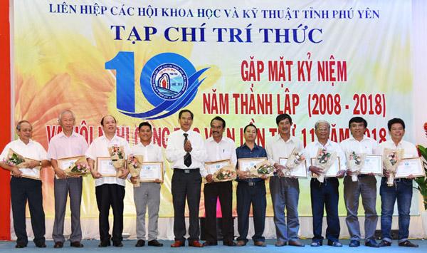 Ban Biên tập Tạp chí Trí thức Phú Yên vinh danh các tác giả có thành tích cộng tác với tạp chí trong suốt 10 năm qua - Ảnh: KIM LONG