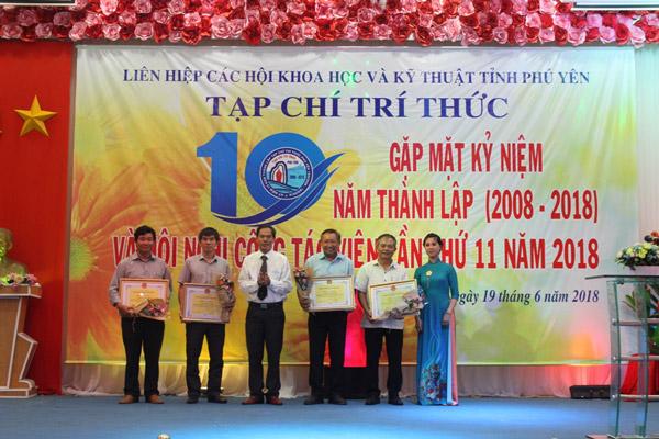 Tổng biên tập Nguyễn Hoài Sơn trao Bằng khen cho các cá nhân đạt thành tích xuất sắc