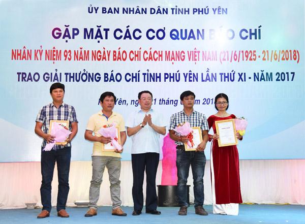 UBND tỉnh gặp mặt báo chí, trao Giải thưởng Báo chí Phú Yên lần thứ XI năm 2017