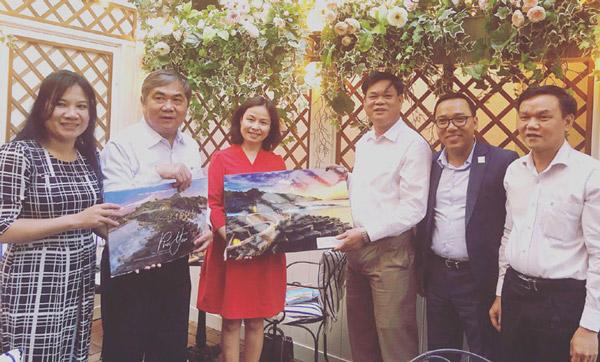 Các đồng chí lãnh đạo tỉnh tặng tranh phong cảnh Phú Yên cho Đại sứ Trần Thị Hoàng Mai - Ảnh: NGỌC THỦY