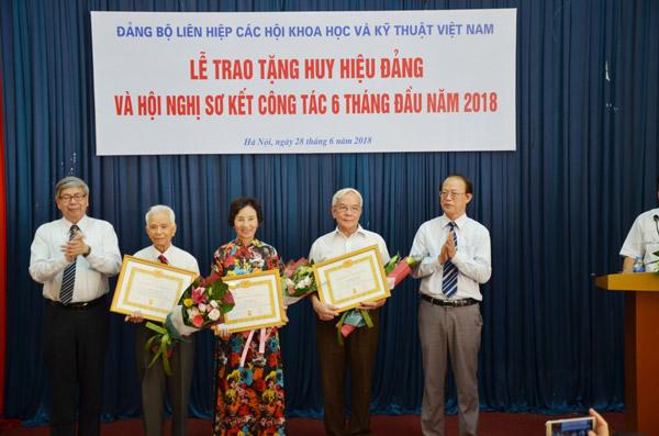 Đồng chí Đặng Vũ Minh – Bí thư Đảng đoàn, Chủ tịch LHHVN, đồng chí Phạm Văn Tân - Bí thư Đảng ủy, PCT kiêm TTK LHHVN trao Huy hiệu 55 năm tuổi Đảng cho các đảng viên