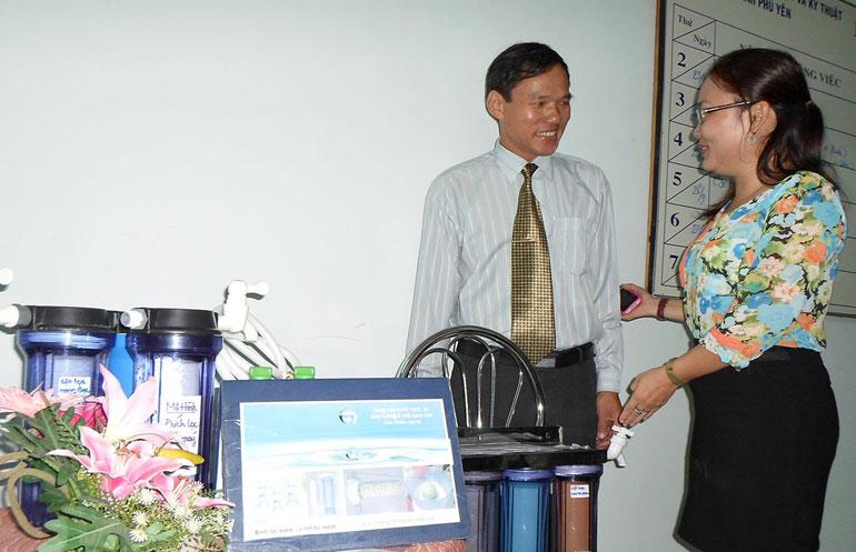 Bà Nguyễn Thụy Ái Trinh giới thiệu Giải pháp chế tạo cột lọc sứ xốp - nano bạc ứng dụng để xử lý nước uống - Ảnh: THÁI HÀ