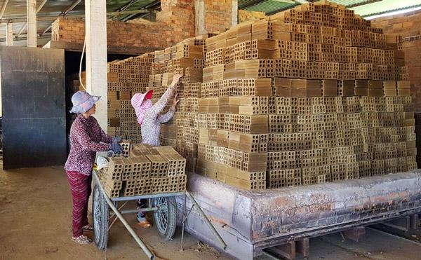Một cơ sở đã chuyển sang sản xuất gạch tuynel tại huyện Đông Hòa - Ảnh: NGÔ XUÂN