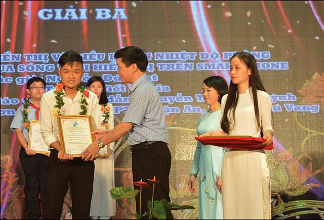 Nhóm tác giả được trao giải Ba tại cuộc thi Sáng tạo Thanh thiếu niên Nhi đồng tỉnh năm 2018
