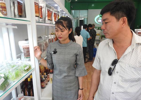 Đoàn tham quan Khu du lịch Tràm Chim (Đồng Tháp) tham quan khu trưng bày, giới thiệu sản phẩm của Trung tâm Ứng dụng và Chuyển giao công nghệ - Ảnh: THÁI HÀ