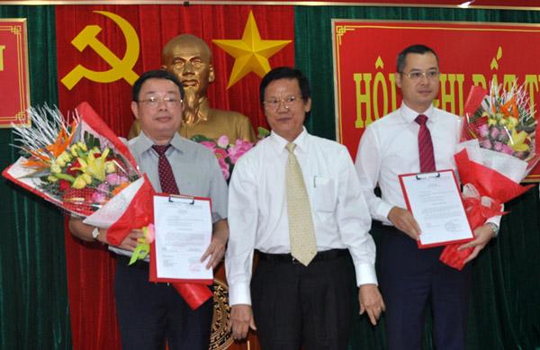 Đồng chí Hà Ban (giữa) trao quyết định và tặng hoa cho hai đồng chí Hoàng Văn Trà (bên trái) và Phạm Đại Dương (bên phải) - Ảnh: XUÂN HIẾU