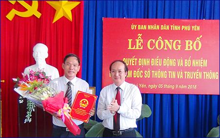 Ông Phan Đình Phùng – PCT. UBND Tỉnh trao quyết định điều động ThS Nguyễn Hoài Sơn về giữ chức vụ Phó Giám đốc Sở Thông tin và Truyền thông Tỉnh