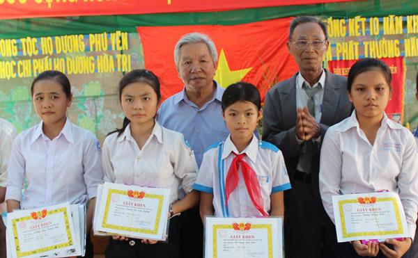 Trao thưởng cho học sinh nghèo hiếu học