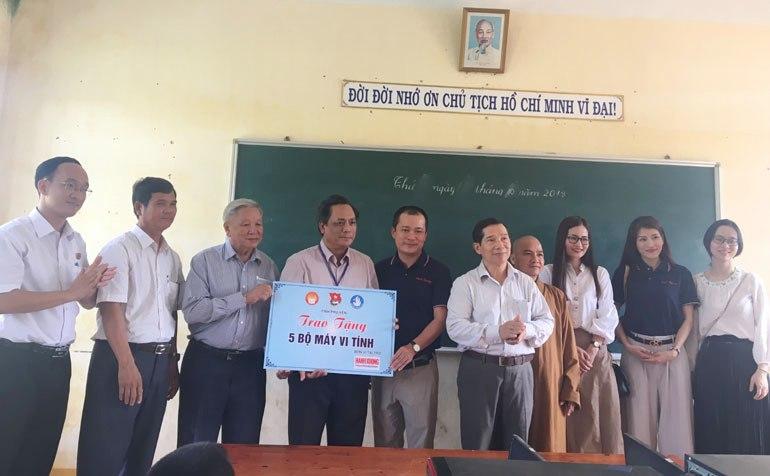 Các đơn vị tặng máy tính cho trường học Tuy An