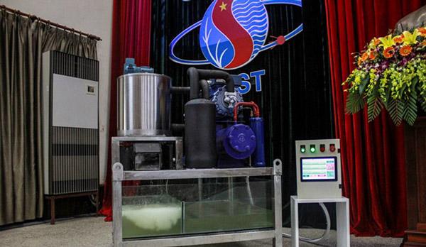 Lần đầu tiên Việt Nam chế tạo thành công máy làm đá tuyết từ nước