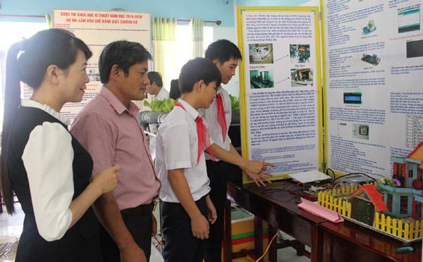 Học sinh Trường THCS Trần Cao Vân thuyết trình về dự án đạt giải nhất cuộc thi - Ảnh: HÀ MY
