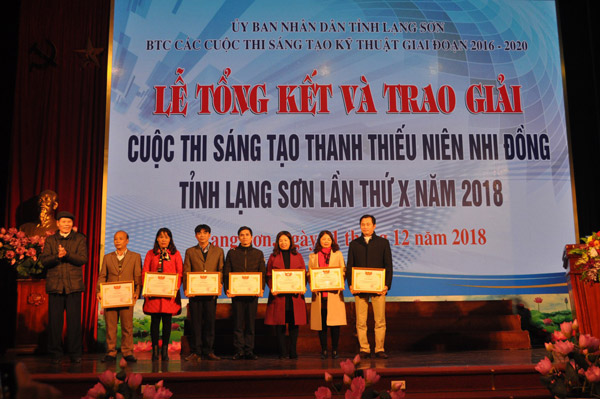 Đồng chí Hoàng Quang Khôn - Phó chủ tịch LHH Lạng Sơn trao Giấy khen của Ban Tổ chức cho đại diện 07 tập thể có thành tích xuất sắc trong công tác tổ chức, tham gia Cuộc thi