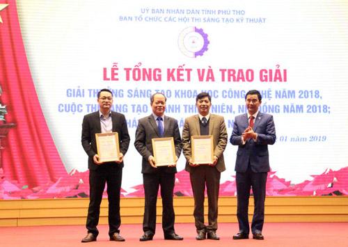 Phó Chủ tịch UBND tỉnh Hồ Đại Dũng trao giải cho nhóm tác giả đạt giải Nhất Giải thưởng sáng tạo khoa học công nghệ tỉnh