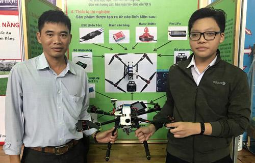 """Trần Viết Lân (Bên phải) cùng thầy hướng dẫn Trần Hoàn Vũ với dự án """"Thiết bị BĐKĐHGSTX"""""""
