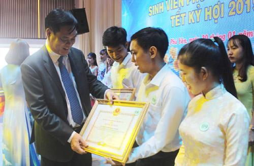 Vinh danh 180 sinh viên Phú Yên tiêu biểu