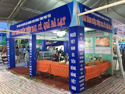 Hội bảo vệ quyền lợi người tiêu dùng Phú Yên tổ chức gian trưng bày hàng thật, hàng giả để hướng dẫn người sân sử dụng