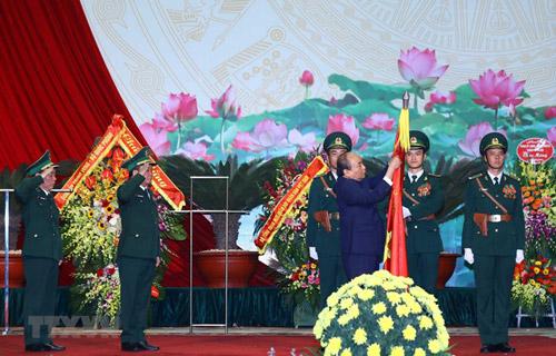 Thủ tướng Nguyễn Xuân Phúc trao tặng Huân chương Quân công hạng Nhất của Chủ tịch nước cho lực lượng Bộ đội Biên phòng - Ảnh: TTXVN