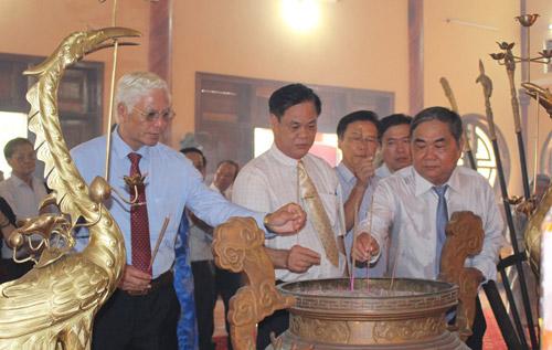 Các đồng chí lãnh đạo tỉnh dâng hương tưởng niệm danh nhân Lương Văn Chánh - Ảnh: THIÊN LÝ