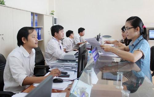 Hướng dẫn thực hiện thủ tục hành chính tại bộ phận một cửa liên thông hiện đại thuộc Sở KH-ĐT - Ảnh: LÊ HẢO